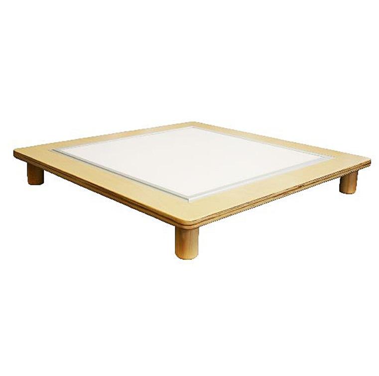 Baltas šviesos staliukas